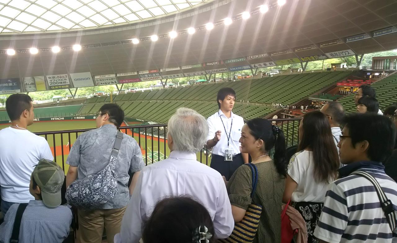 栗原さん(中央こちら向き)の解説に興味津々の参加者たち
